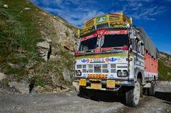 Truk sulla strada della montagna Immagine Stock
