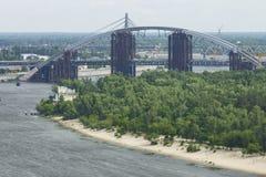 Trukhanov海岛和新的桥梁的曲拱横跨Dniep的 库存照片
