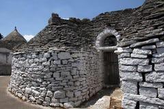 Trullas - traditionella stenhus med ett koniskt tak, inkluderade i UNESCOvärldsarvet royaltyfria foton