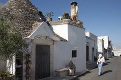 Trullas - traditionella stenhus med ett koniskt tak, inkluderade i UNESCOv?rldsarvet royaltyfri fotografi