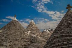 Trulli的阿尔贝罗贝洛在有天空的Apullia 免版税库存照片