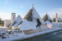 Trulli με το χιόνι, παραδοσιακά παλαιά σπίτια στοκ φωτογραφίες