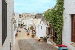 Trulli alloggia la via in Alberobello, Italia Immagine Stock Libera da Diritti