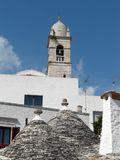 Trulli e belltower Fotografia de Stock Royalty Free