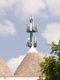 Trulli en antenne: technologie en traditie in lelijk contrast stock afbeelding