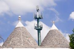 Trulli et antenne : technologie et tradition dans le contraste laid Images libres de droits