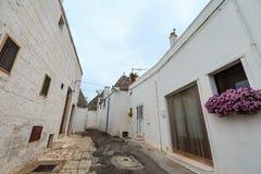 Trulli mieści ulicę w Alberobello, Włochy Obrazy Royalty Free
