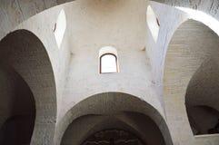 trullo教会内部有archs和窗口的,阿尔贝罗贝洛,意大利 免版税库存图片