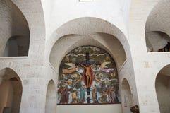 trullo教会内部有archs和窗口的,阿尔贝罗贝洛,意大利 库存图片