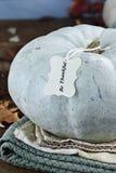 Trullo o calabaza coloreada azul con el texto Foto de archivo
