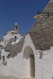 Trullohuizen en kerk, Alberobello Apulia Royalty-vrije Stock Foto's