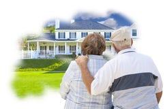 Träumende ältere Paare über kundenspezifischer Hauptfoto-Gedanken-Blase Lizenzfreie Stockbilder