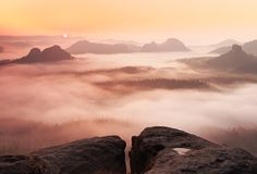 Träumerische nebelhafte Landschaft Majestätischer Berg schnitt den Beleuchtungsnebel, den tiefes Tal vom bunten Nebel voll ist un Stockbilder