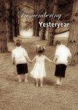 Träumerisches Bild des vergangenen Jahres - Kinder, die Hand in Hand gehen Lizenzfreies Stockfoto