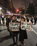 Trumfinvigningpersoner som protesterar på Columbus Circle i NYC Arkivfoto