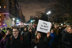 Trumfinvigningpersoner som protesterar på Columbus Circle i NYC Arkivbilder