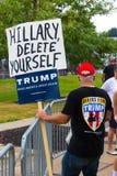 Trumfsupporter som rymmer Hillary Delete Yourself Sign Arkivfoto