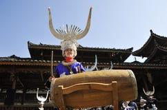 Trumma för Hmong flicka royaltyfria bilder