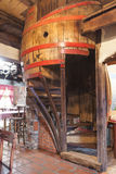 Trumma formad trappa i en gammal bar arkivfoton