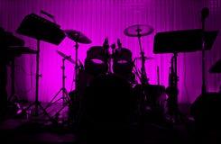Trumma i silhouette med ingen musiker. Fotografering för Bildbyråer