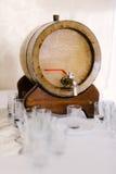 Trumma med öl på tabellen Fotografering för Bildbyråer