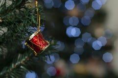 Trumma på trädet med utrymme för att skriva julmeddelandet royaltyfria bilder