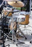 Trumma satsen med mikrofoner som står på utomhus- etapp Royaltyfri Foto