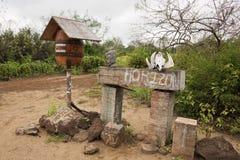 Trumma som stolpeasken på den Floreana ön Arkivfoton