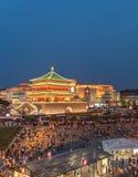 Trumma tornet i XI ` en Kina på natten med många personer royaltyfri fotografi