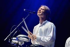 Trummar spelaren av showen Mando Diao (musikband) för levande musik på den Bime festivalen Royaltyfria Bilder