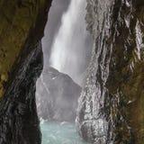 Trummelbach baja (Trummelbachfalle), cascada en la montaña Foto de archivo