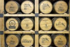 Trummor av lös Turkiet bourbon i spritfabrik arkivbild