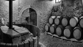 Trummor av vin i en vincella Arkivbilder