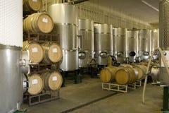 Trummor av vin i källare Arkivfoton