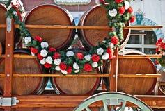Trummor eller Kegs av öl i vagn Arkivfoton