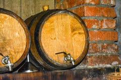 Trummor för att lagra vin i källaren royaltyfria bilder