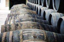 Trummor för whisky eller vin Arkivfoton