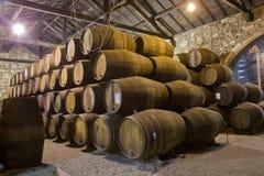 trummor förvara i källare gammal wine Arkivfoto