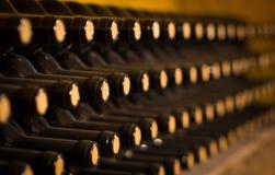 trummor förvara i källare gammal wine Staplat upp vinflaskor i källaren som är dammig men som är smaklig Arkivfoton