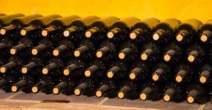 trummor förvara i källare gammal wine Staplat upp vinflaskor i källaren som är dammig men som är smaklig Royaltyfria Bilder