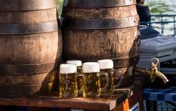 Trummor och exponeringsglas med öl på en ölfestival arkivbild