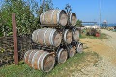 trummor staplad wine Garnering av trummorna i byn Ataman Arkivbild