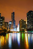 Trump l'hôtel international et dominez Chicago, IL pendant la nuit Photos stock