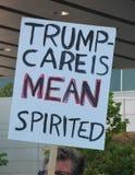 Trumpcare средний вдохновенный знак на ралли здравоохранения Los Angeles-area Стоковая Фотография