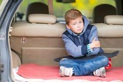 Trumpen pys som sitter i kängan av en bil royaltyfri foto