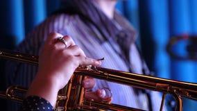 trumpet w тона саксофона игрока фокуса перста b голубой Руки трубача играя латунный конец аппаратуры музыки вверх видеоматериал