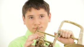 trumpet w тона саксофона игрока фокуса перста b голубой акции видеоматериалы