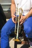 trumpet w тона саксофона игрока фокуса перста b голубой Стоковые Фотографии RF