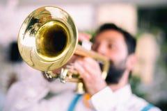 trumpet w тона саксофона игрока фокуса перста b голубой стоковое фото rf