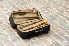 Trumpetare för resväskagatamusiker på trottoaren Arkivfoto
